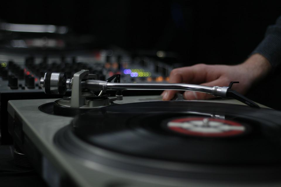 Comment choisir un DJ mariage à Fréjus
